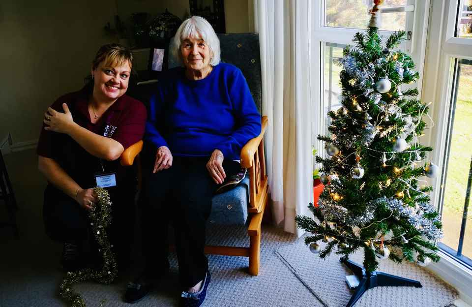 Louise helps her Client Luana to decorate her Christmas tree